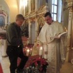 Ст. пл. М. Няхай передає Віфлеємське світло отцю Я. Пасоку в грекокатолицькій церкві в Руській Новій Весі біля Пряшева