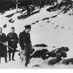 Угорські вояки з польським офіцером прикордонної служби (спереду) після розстрілу січовиків-галичан на Татарському перевалі поблизу с. Ясіня. Березень, 1939 р.